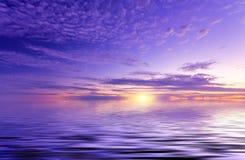 Niezwykły słońce nad silky ocean powierzchnia Obrazy Stock