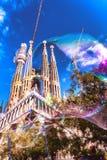 Niezwykły widok Sagrada Familia przez bąbla Zdjęcia Royalty Free