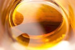 Niezwykły widok wśrodku szkła złoty brown whisky Obrazy Stock