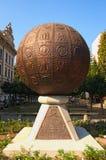 Niezwykły zabytek w postaci metal piłki z embossed obrazkami Zamyka w górę fotografii fotografia royalty free