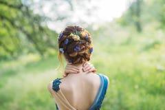 Niezwyk?a ch?odno modna fryzura dla d?ugiego ciemnego w?osy, praca fryzjer, wizerunek dla skalowania i ?lub, lasowa boginka z obrazy stock