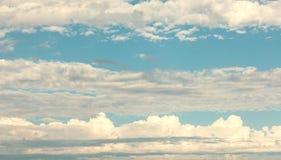 Niezwykłe linie chmury na niebie Zdjęcia Royalty Free