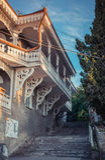 Niezwykle ozdobni okno i balkon, rocznika budynek, widok piękny drewno malowali białych szczegóły Zdjęcia Stock
