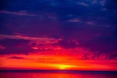 Niezwykle piękny pożarniczy zmierzch morzem Zmierzch na Zatoce Zmierzch przy morzem zdjęcie stock