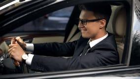 Niezwykle szczęśliwego biznesmena napędowy samochód, długo oczekujący auto zakup, szczęście obraz stock