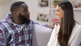 Niezwykle szczęśliwy mężczyzna ściska jego dziewczyny z pozytywnym ciążowym testem, radość zbiory wideo