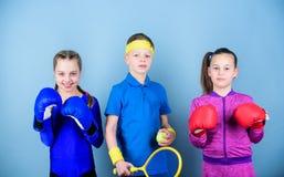 Nigdy zatrzymuje trening ma?e dziewczyny bokser i ch?opiec w sportswear Szczęśliwi dzieci w bokserskich rękawiczkach z tenisowym  fotografia royalty free