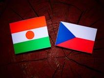 Niger flaga z czech flaga na drzewnym fiszorku obrazy stock