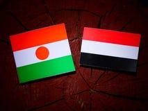 Niger flaga z Jemeńską flaga na drzewnym fiszorku fotografia royalty free
