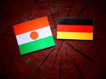 Niger flaga z niemiec flaga na drzewnym fiszorku fotografia royalty free