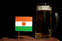 Niger flaga z piwnym kubkiem na czerni Obrazy Royalty Free