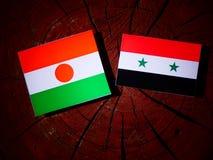 Niger flaga z syryjczyk flaga na drzewnym fiszorku fotografia royalty free