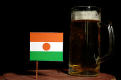 Niger-Flagge mit dem Bierkrug auf Schwarzem Lizenzfreie Stockbilder