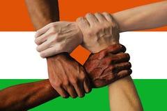 Niger zaznacza, integracja wielokulturowa grupa m?odzi ludzie obrazy royalty free
