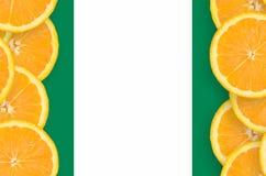 Nigeria flagga i vertikal ram för citrusfruktskivor arkivfoto