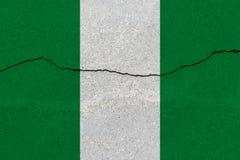 Nigeria-Flagge auf Betonmauer mit Sprung lizenzfreies stockfoto
