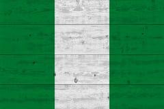 Nigeria-Flagge gemalt auf alter hölzerner Planke stockfotos