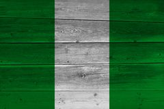 Nigeria-Flagge gemalt auf alter hölzerner Planke lizenzfreie stockbilder