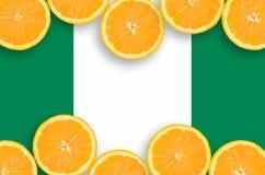 Nigeria-Flagge im horizontalen Rahmen der Zitrusfrucht-Scheiben lizenzfreies stockbild