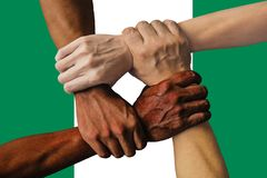 Nigeria-Flagge, Integration einer multikulturellen Gruppe junger Leute stockfotografie