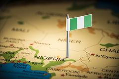 Nigeria markierte mit einer Flagge auf der Karte stockfotografie