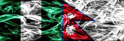 Nigeria, Nigeryjski vs Nepal, Nepalskie dymne flagi umieszczająca strona strona - obok - Gęsty abstrakt barwił silky dymne flagi ilustracji