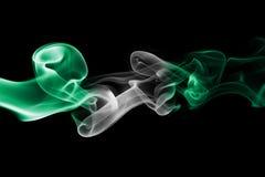 Nigeria-Rauchflagge auf einem schwarzen Hintergrund stockfoto