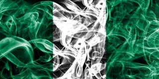 Nigeria-Rauchflagge auf einem schwarzen Hintergrund lizenzfreie stockbilder