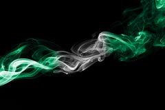Nigeria-Rauchflagge auf einem schwarzen Hintergrund lizenzfreies stockbild