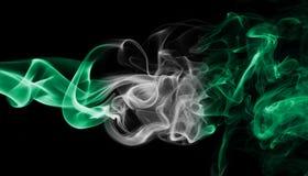 Nigeria-Rauchflagge lokalisiert auf einem schwarzen Hintergrund stockbild