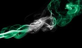 Nigeria-Rauchflagge lokalisiert auf einem schwarzen Hintergrund lizenzfreie stockbilder