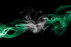 Nigeria-Rauchflagge lokalisiert auf einem schwarzen Hintergrund lizenzfreies stockbild