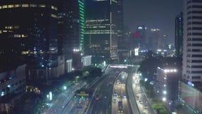 Nigh verkeer op tolweg in Djakarta de stad in stock videobeelden