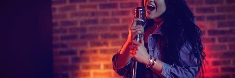Night-club illuminato canto allegro del cantante fotografia stock