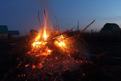 Night fire i against the sky Royalty Free Stock Photography