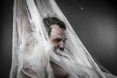 Night.man in reusachtig wit spinneweb wordt verward dat Stock Foto's