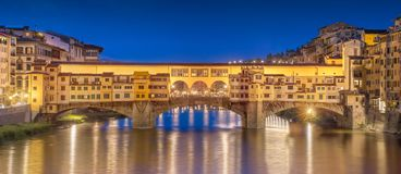 Night panoramic view of Vecchio Bridge, Florence Royalty Free Stock Photography