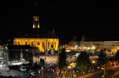 Night scene of a square full with people Royalty Free Stock Photos