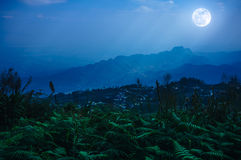 Night sky with cloudy and sunbeam, foggy is swingin above mounta Stock Photography