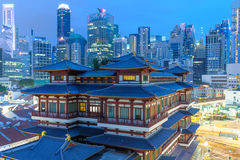 Night view of buddha tooth temple and the cityscape of Singapore Stock Photography