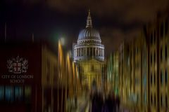 Night view of St Paul`s cathedral with City of London School sig. N in front. In 1380 the red cross of St George and the sword of St Paul were adopted as the Stock Photo