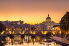Night view at St. Peter`s cathedral in Rome, Italy. Italien Royalty Free Stock Images