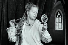 Nightgown красивой длинной девушки волос белокурой нося Стоковые Фотографии RF