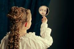 Nightgown красивой длинной девушки волос белокурой нося Стоковые Изображения RF