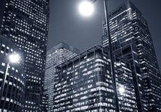 Nightime en el distrito de una ciudad financiero Foto de archivo
