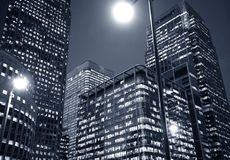 Nightime no distrito da cidade financeiro foto de stock