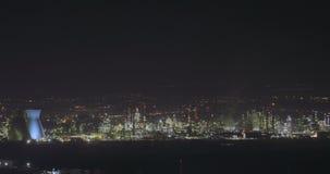 Nightimemening van een grote olieraffinaderij stock video