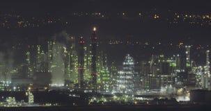 Nightimemening van een grote olieraffinaderij stock footage