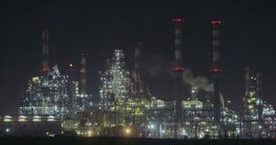 Nightimemening van een grote olieraffinaderij stock videobeelden
