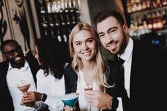 nightlife meninas guys Bebidas alcoólicas da bebida fotos de stock royalty free